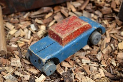 altes Spielzeugauto aus Holz