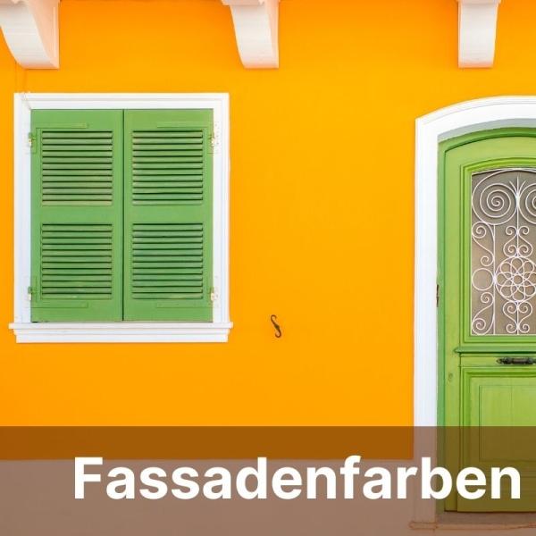 gelbe Fassade mit grünem Fenster