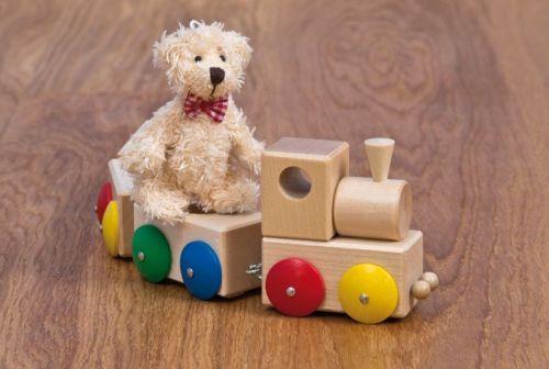 Lokomotive aus Holz mit farbigen Rädern