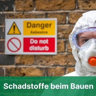 Mensch mit Schutzkleidung vor Gefahrenzeichen