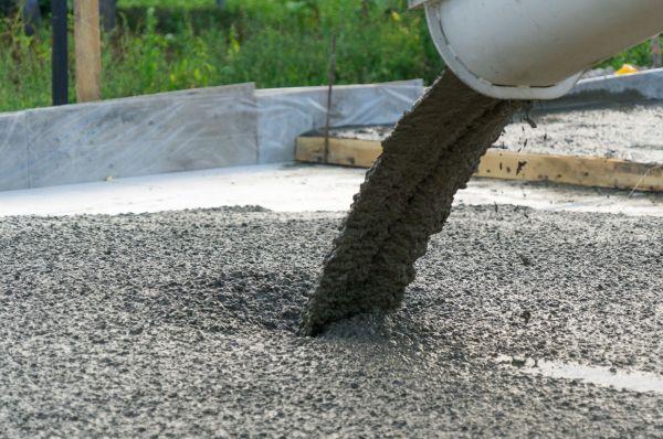 flüssiger Beton wird gegossen