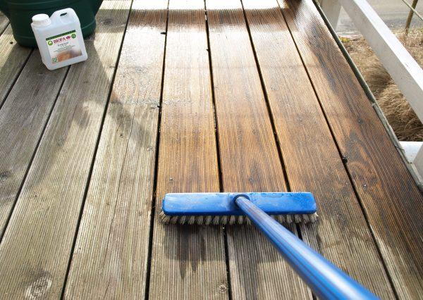 Terrasse reinigen mit Besen und Reiniger