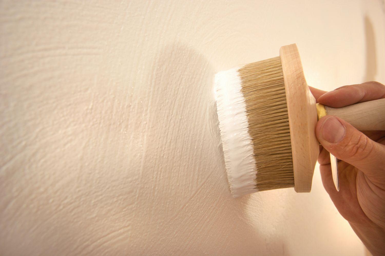 Kalkfarben werden in der Regel mit einer Bürste im Kreuzschlag aufgetragen